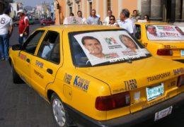 Bloquearon perredistas 10 taxis frente a Palacio de Gobierno por traer publicidad del PRI