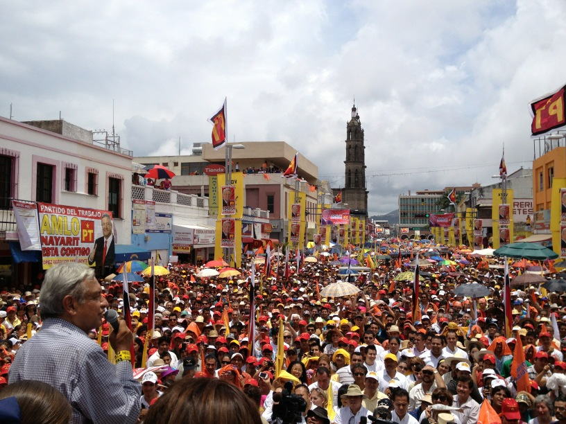 «No debemos pelear con los miembros de otros partidos» «Vamos a resolver los problemas del país unidos». Dijo AMLO ante miles de personas en Tepic.