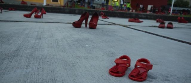 Con zapatos rojos evidencian violencia contra las mujeres