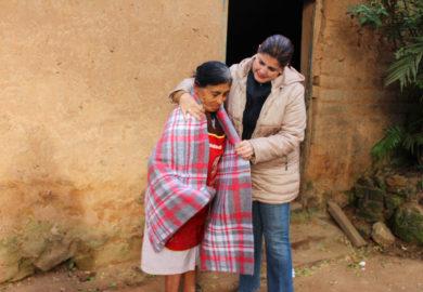 Ante el frío, abrigan familias en la sierra.