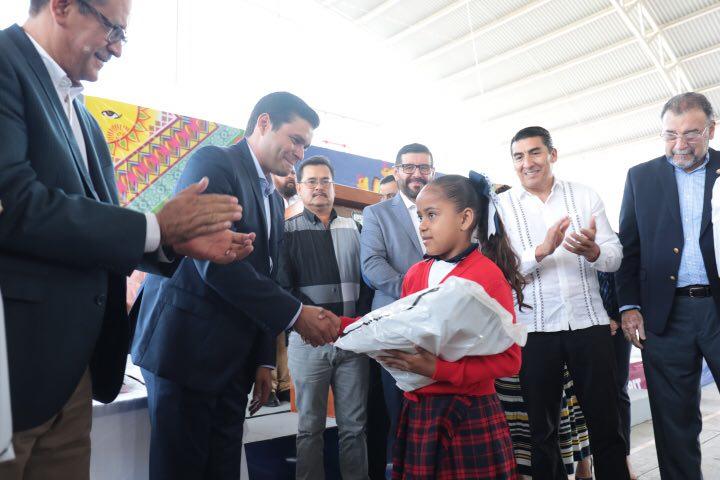 Gobierno del Estado entrega útiles escolares gratuitos