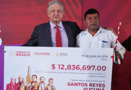Presidente entrega más de 25 millones a comunidades pobres de Oaxaca; recursos provienen de subasta de autos