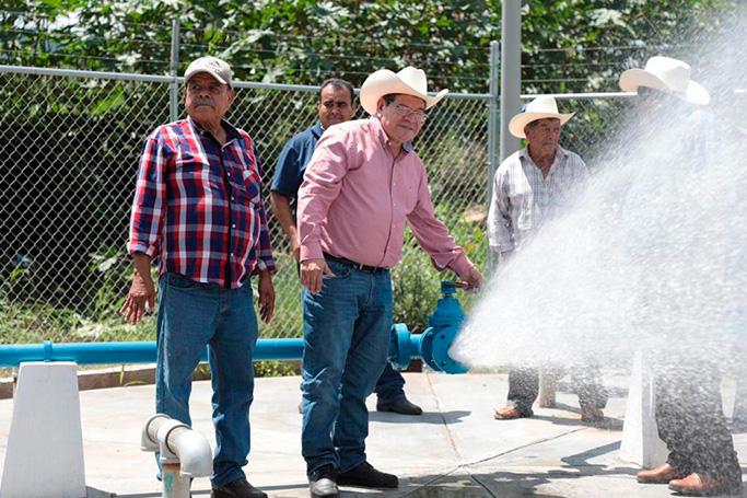 Casi 600 mil pesos en obra pública, entregó el presidente de Tepic en la zona rural