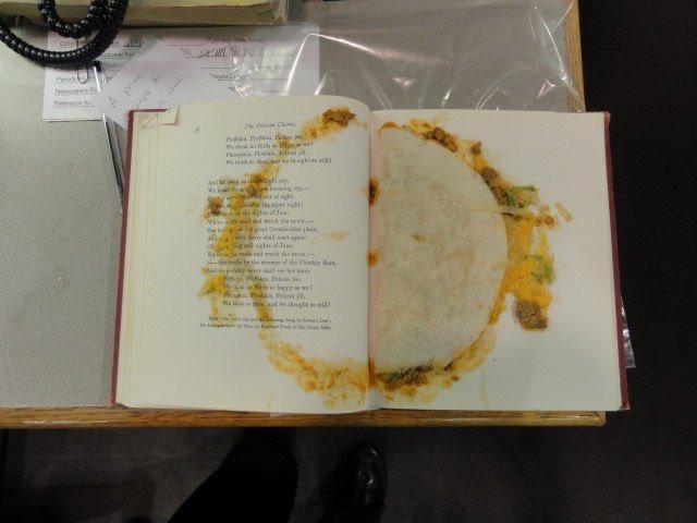 Usa un taco para separar un libro y miles lo viralizan