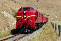 Pasajeros son obligados a saltar de un tren en movimiento por no pagar su boleto