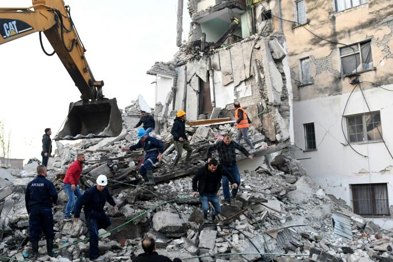 Suman 16 muertos y más de 600 heridos pos sismo de Albania