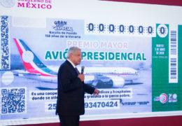 Presenta AMLO «cachito» para rifa de avión presidencial