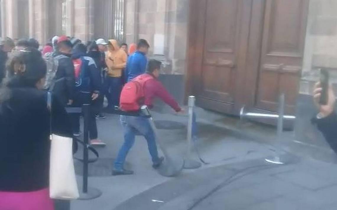 Normalistas intentan «portazo» en Palacio Nacional