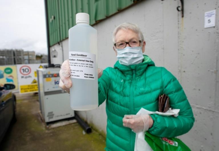 Destilería convierte ginebra en desinfectante para manos