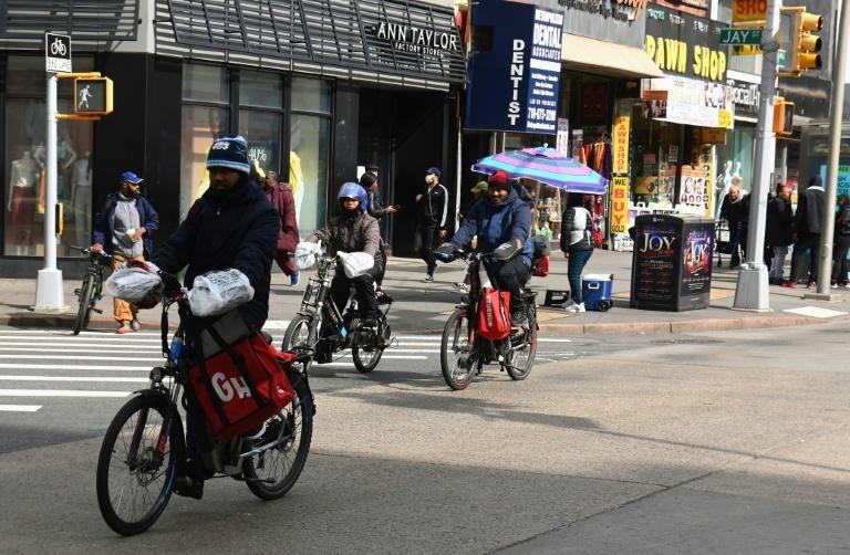 En bicicleta al rescate: Repartidores de comida enfrentan resignados el coronavirus