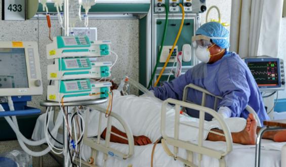 Médicos mexicanos combaten contra coronavirus, discriminación y agresiones