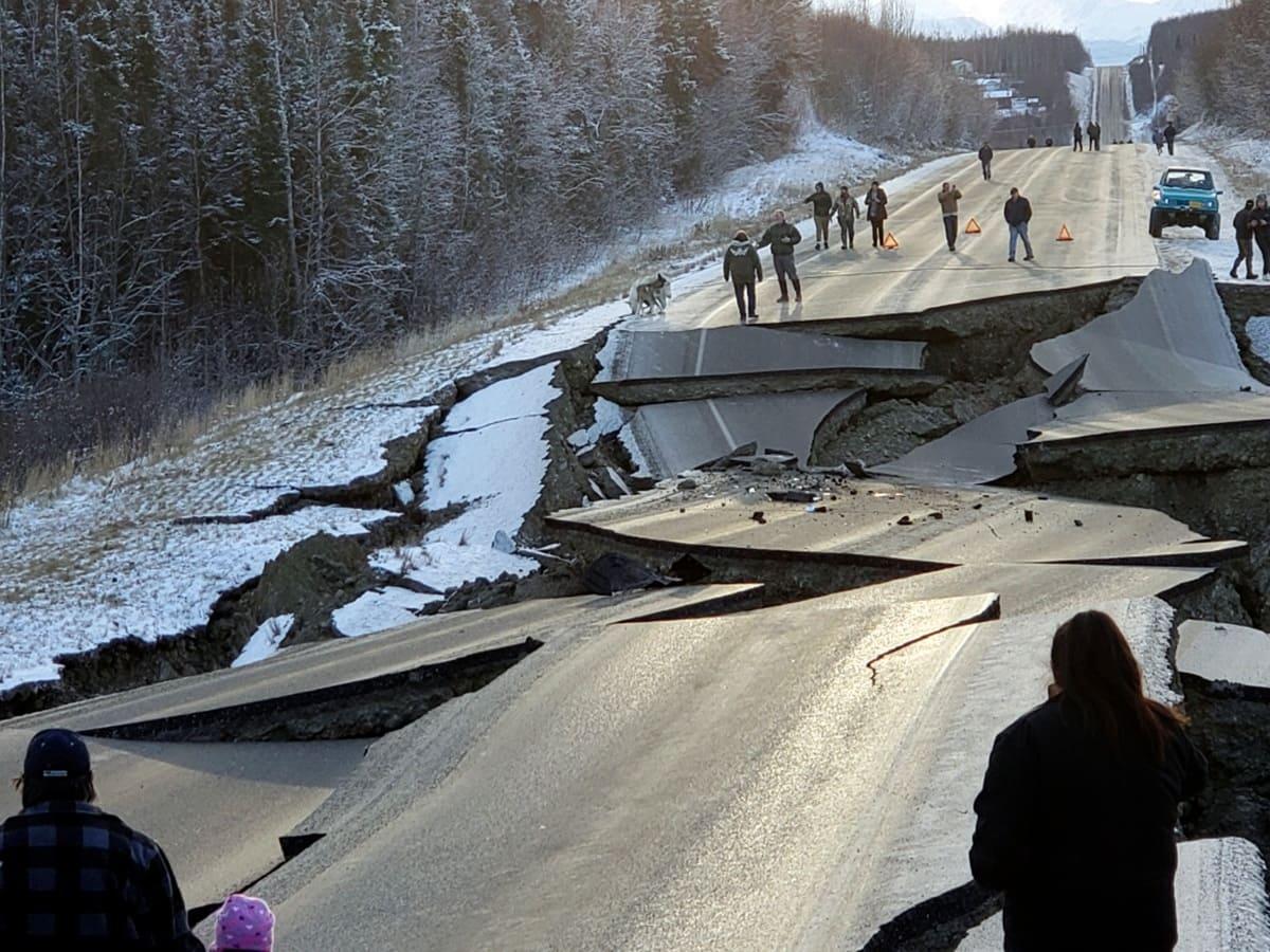 Huyen de Alaska por alerta de tsunami