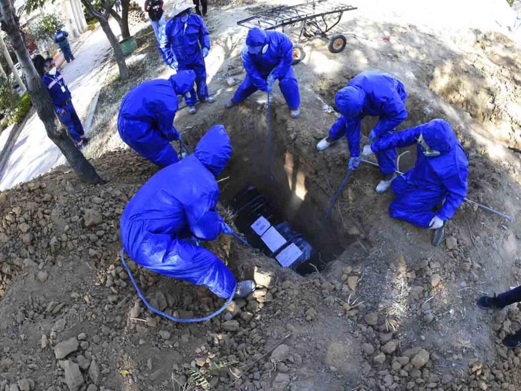 Sepultan cadáveres en fosas comunes por falta de espacio